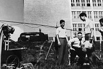 Zleva A. Hackenschmied, L. Kolda a E. Klos při natáčení filmu Neděle v trávě, 1937