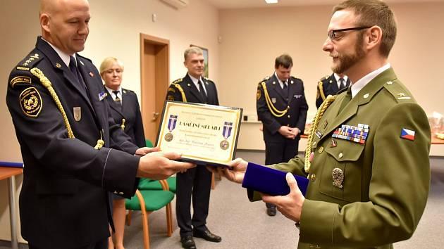 Slavnostní předávání hasičských ocenění.