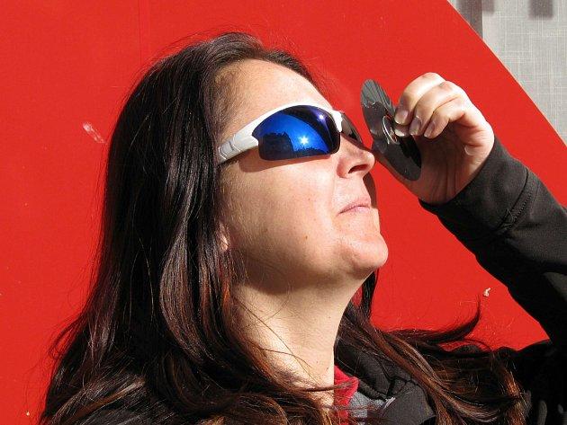Lidé pozorovali zatmění slunce na mnoha místech v kraji včetně centra Karlových Varů.