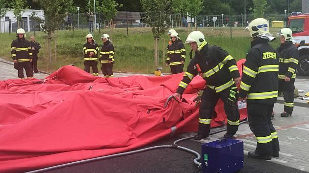 PRO CVIČENÍ byl vybrán areál Světa záchranářů, kde hasiči společně se záchranáři připravili místo pro převoz kontaminovaných osob a dekontaminaci účastníků zásahu.