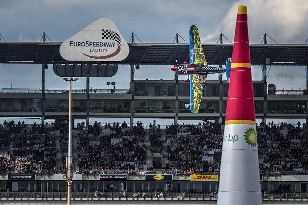 Karlovarský pilot Petr Kopfstein řádně rozčeřil vody nebeské F1, tedy světové série Red Bull Air Race, kde vMasters Class obsadil ve své druhé sezoně mezi leteckou světovou špičkou skvělé páté místo.