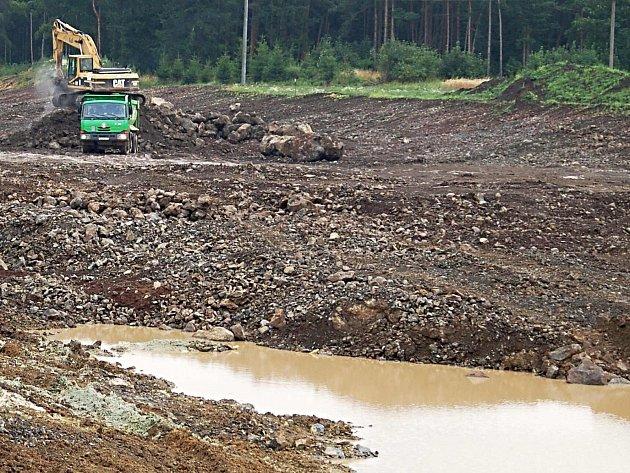 Bahno komplikuje dopravu u stavby na silnici R6 na hranicích Karlovarského a Ústeckého kraje.