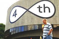 CENTREM FESTIVALOVÉHO dění bude už tradičně hotel Thermal. Filmovou přehlídku tady připomíná logo umístěné na fasádě velkého sálu. Tentokrát symbolizuje, byť poněkud tajemně a skrytě, 48. ročník světového setkání příznivců stříbrného plátna.