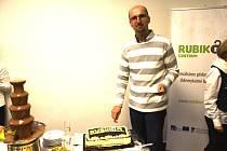 Na otevření pobočky zařízl dort pracovník centra Milan Roháč