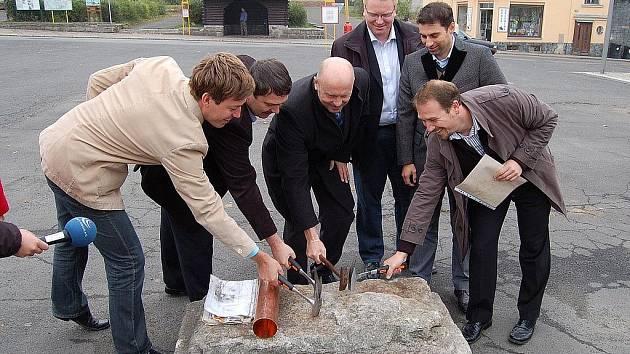 Rekonstrukce náměstí, které ho má vrátit do podoby ze třicátých let minulého století, začala o víkendu v Abertamech.