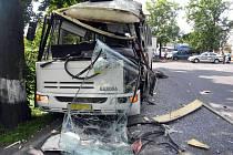 Ve středu 5. srpna se v Rosnicích srazil náklaďák s autobusem (na snímku), ve kterém jelo čtrnáct cestujících.