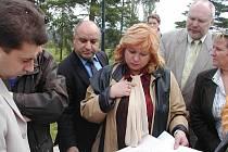 Anticenu získal karlovarský stavební úřad za neposkytování informací a soustavné obstrukce. Radnice s hodnocením nesouhlasí. Na snímku uprostřed ředitelka stavebního přadu Ivana Doubová.