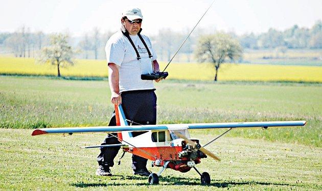 Luboš Rezek se svým obřím modelem letounu vynášel parašutisty do vzduchu 250 metrů vysoko.