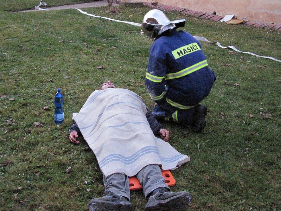 Simulované cvičení připravené pro jednotky profesionálních hasičů z Mariánských Lázní a Toužimi a jednotky dobrovolných hasičů obcí Teplá a Mnichov se konalo v obci Jankovice na Karlovarsku.