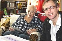 BOHUMIL POLÁK z Ostrova (na snímku vlevo při loňských volbách) patří do první desítky nejstarších mužů v Česku