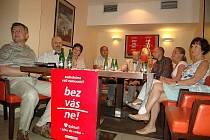 LÉKAŘI JDOU DO VOLEB. Hnutí za uzdravení společnosti představili lékař Jaroslav Žák, primář interny, a Filip Berger lip Berger (třetí zprava), předseda Lékařského odborového klubu.