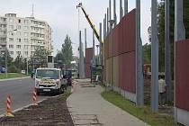 Stavební práce na protihlukové stěně ve Staré Roli finišují. V říjnu letošního roku by zde měla stát zhruba osmimetrová zeď, která bude chránit panelové domy od hluku.