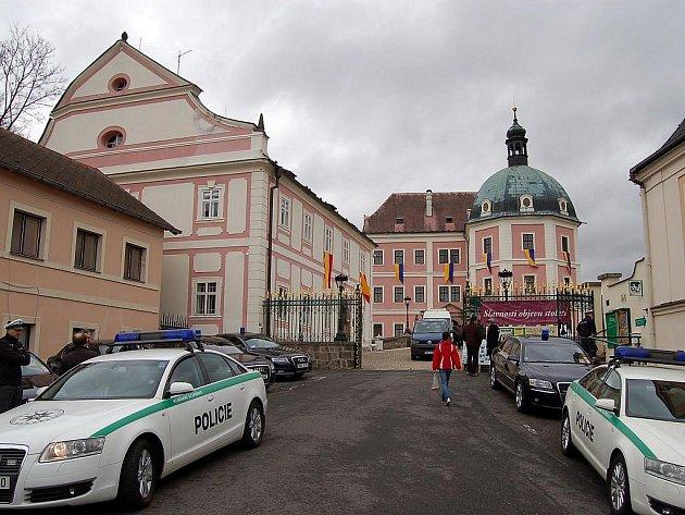 Zámek v Bečově si první dámy vybraly z několika nabízených památek. Někteří lidé se chtěli s manželkami prezidentů pozdravit, až půjdou z prohlídky.