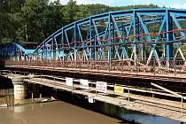 OPRAVILA MOST. Karlovarské minerální vody vloni investovaly 44 milionů korun do rekonstrukce mostu, který spojuje Kyselkou s Novou Kyselkou a za nímž má firma svůj podnik.