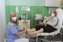 Hana Peterová si kvůli bolavým zádům nemohla nohy ošetřovat sama. Byla jednou z prvních zákaznic po otevření.