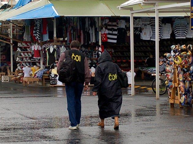 Nejen celníci, ale také kontroloři České obchodní inspekce často míří na tržnice v pohraničí. Ať už je to Svatý Kříž u Chebu nebo Potůčky na Karlovarsku.