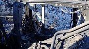 Požár poničil pásové rypadlo v lomu u Čichalova.