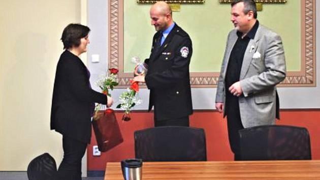 Poděkování Janě Preclíkové vyjádřili velitel městské policie Ladislav Martínek a starosta Jan Bureš.
