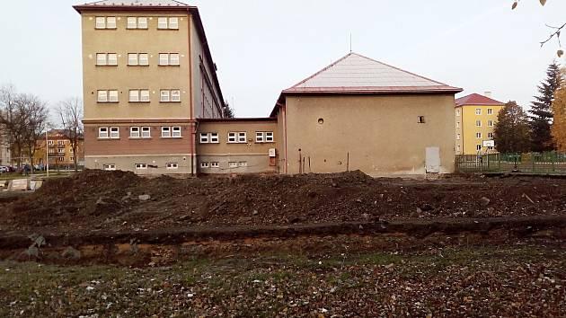 Nová tělocvična Základní školy J. V. Myslbeka bude stát přibližně v těchto místech.