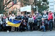 Protest proti ruské přítomnosti na Krymu u konzulátu v Karlových Varech.