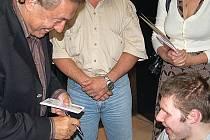 Karel Gott dává podpisy svým nejvěrnějším.