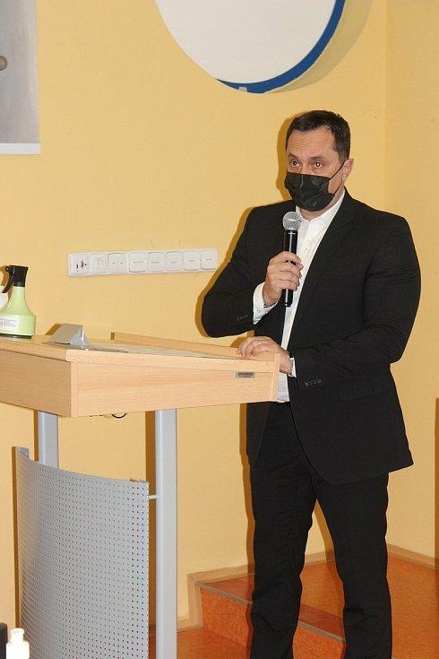 6. pokračování ustavujícího jednání nového zastupitelstva Karlovarského kraje má konečně výsledek - kraj má nového hejtmana. Ten stávající Petr Kubis  (na snímku) odchází.