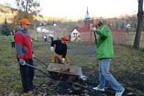 Dobrovolníci z GE Money provádějí pozemní práce na dětském hřišti v Jáchymově.