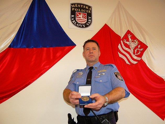 S PLAKETOU. Jaroslav Bára si za svůj pohotový čin vysloužil ocenění Červeného kříže.