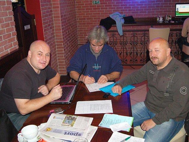 Porada. Vladimír Suchan (vpravo) s Jiřím Tyrkem a Tomášem Svobodou při poradě na koncert Die Happy.