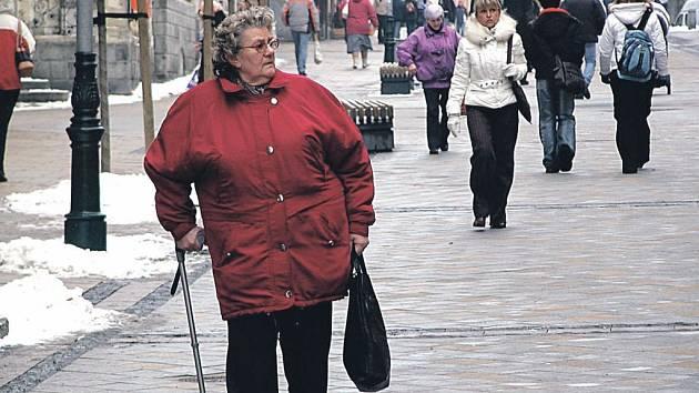 Pozor. Karlovy Vary objaly ledová krusta a sníh. Přestože se silničáři zatím téměř nezastavili a snaží se udržet komunikace a chodníky čisté, lidé musejí při chůzi více dbát na bezpečnost a zdraví.