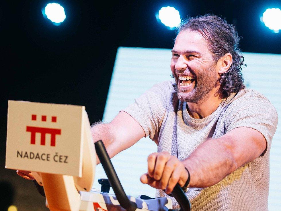 NA KOLE PRO CHARITU. Na festivalové kolo se v Karlových Varech posadil a pro dobrou věc šlapal také hokejista Jaromír Jágr.