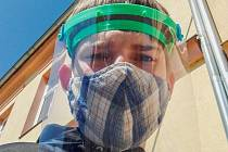 První štít vyrobil osm dní po uzavření škol. Foto: Dominik Hron