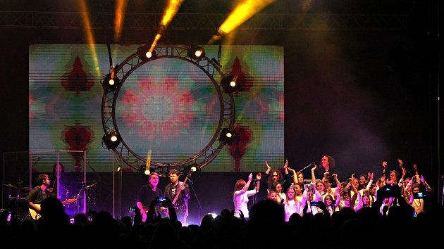 Kapela Floyd Reloaded nadchla KV Arénu a přispěla k oslavám výročí 17. listopadu