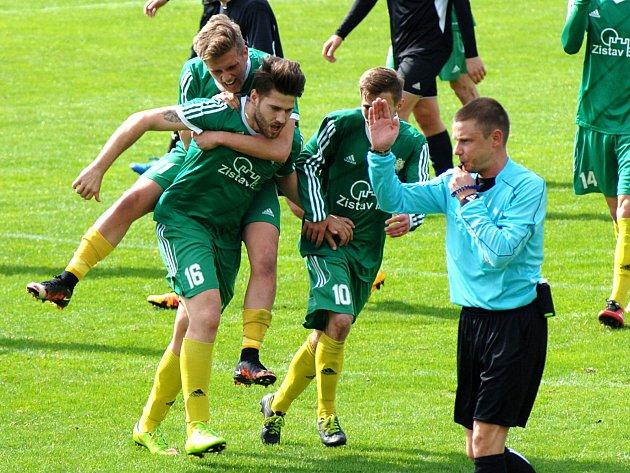 Fotbalisté karlovarských Buldoků (v zeleném) porazili Rokycany 2:1.