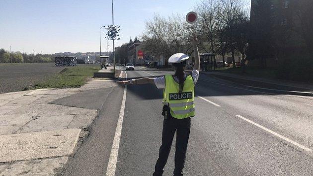 Policisté kontrolují řidiče při akci Speed Marathon.