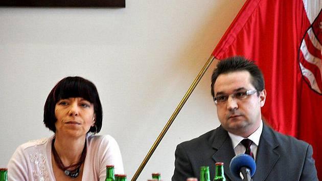 Náměstkyně Dagmar Laubová a nedávno jmenovaný ředitel Karlovarského symfonického orchestru Zdeněk Vikor.