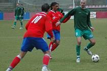 Buldok Jan Velkoborský (vpravo) si kryje míč před dotírajícím Paolem Rodriguesem z Viktorie Plzeň B.