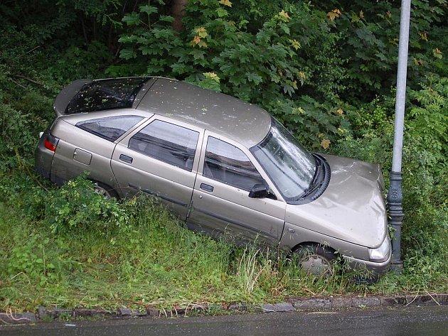 Nezabrzděné auto skončilo na sloupu.