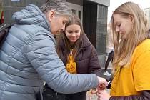 Léčba rakoviny stojí zdravotní pojišťovny stále více peněz, pacientů přibývá. V boji s touto zákeřnou nemocí pomáhá i sbírková akce, která se konala už po 23. Prodávat žluté kytičky vyrazily do karlovarských ulic i studentky střední pedagogické školy.