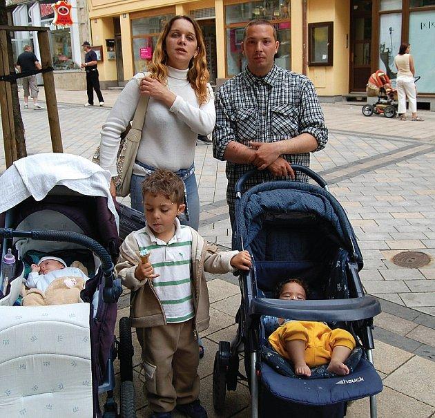 KAM S NIMI? Bez možnosti ubytování se octnou zanedlouho manželé Kiššovi i se třemi malými dětmi.