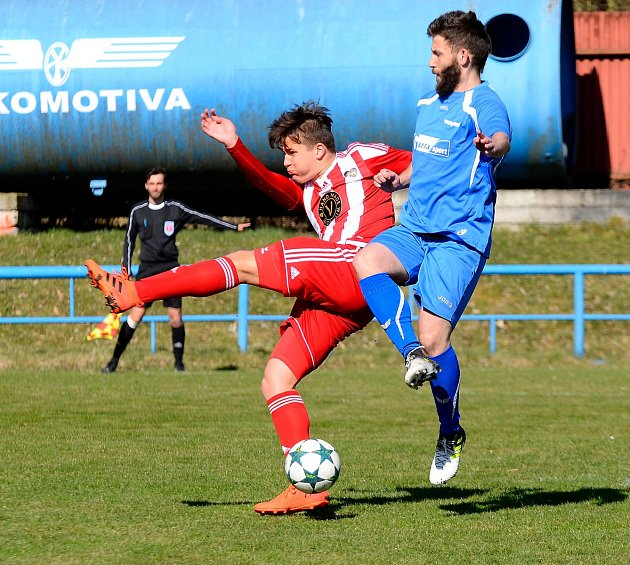 Dokonalý obrat předvedli fotbalisté Chodova (vpruhovaném) vsouboji skarlovarskou Lokomotivou (Vmodrém), když vedli 2:0, poté prohrávali 2:3, a nakonec slavili výhru 4:3, když vítěznou trefu obstaral v91. minutě kapitán Spartaku Lukáš Kočí.