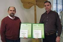 Výhra v Lize odpadů spočívala v příspěvku do městských kas. Na snímku Vladislav Tůma ze Šemnice (vlevo) a místostarosta Otovic Jindřich Beneš.