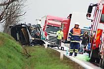 Místo tragické nehody, kde skončil život několika lidí cestujících do Karlových Varů.