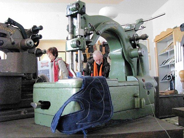 Zašlou slávu výroby rukavic v Abertamech připomínají příležitostné výstavy.