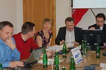 Radní (zleva) Arnošt Donth, Jiří Hejda, Dagmar Laubová, Petr Keřka a primátor Werner Hauptmann.