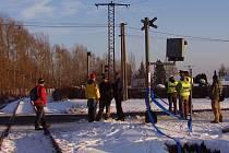 V Nové Roli srazil vlak muže, který přecházel na červenou. Těžce zraněný muž byl letecky přepraven do nemocnice v Plzni. Na místě nehody zasahovali policisté ještě několik hodin.
