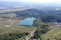TADY BYL LOM. Rybník nedaleko Hájku vypadá, jako by k přírodě patřil odjakživa, že? Omyl! Na tomto místě se v minulosti těžil kaolin.