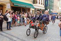 Letošní Karlovarský karneval neměl takovou šťávu, jako tomu bylo při uplynulých ročnících. Prořídly řady jak profesionálních, tak i amatérských účastníků.
