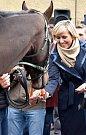 Bouřlivé přivítání připravilo městečko Chyše a jeho obyvatelé pro trenéra Josefa Váňu, žokeje Jana Kratochvíla i koně. Ti slavili v různé podobě úspěch při letošní Velké pardubické. Na setkání se svými hrdiny přišli malí i velcí. Foto: Daniel Seifert