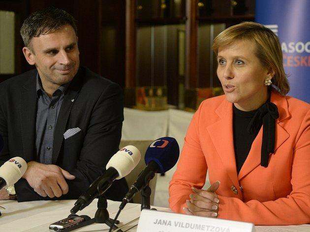 PŘEDSEDKYNÍ asociace krajů je Jana Vildumetzová, prvním místopředsedou se stal jihočeský hejtman Jiří Zimola.